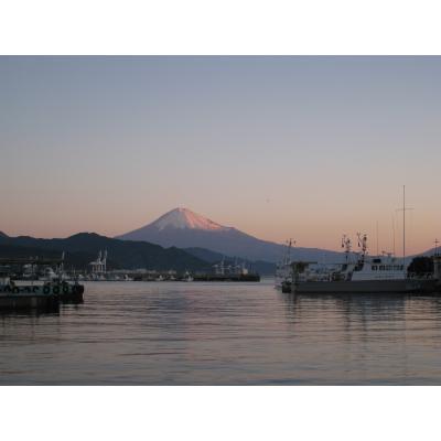 朝焼けの富士と港(清水港より)