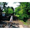 線路を歩く少女