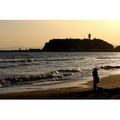 夕暮れの波打ち際~江ノ島を望んで
