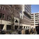 大学構内、建物前、冬