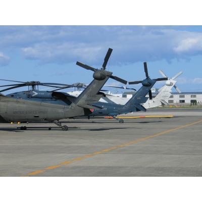 手前から米軍のUH-60A、航空自衛隊のUH-60J、海上自衛隊のSH-60K