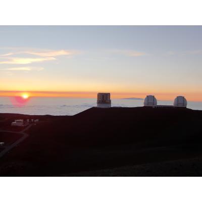 雲海に沈む夕日とすばる天文台