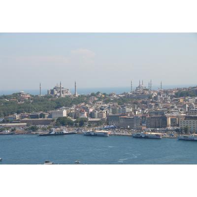 イスタンブールの定番展望ポイント ガラタ塔からアヤソフィア、ブルーモスク(スルタンアハメドモスク)を望む。 手前が金角湾向こうがマルマラ海。