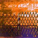 夕暮れ時の工事現場と柵